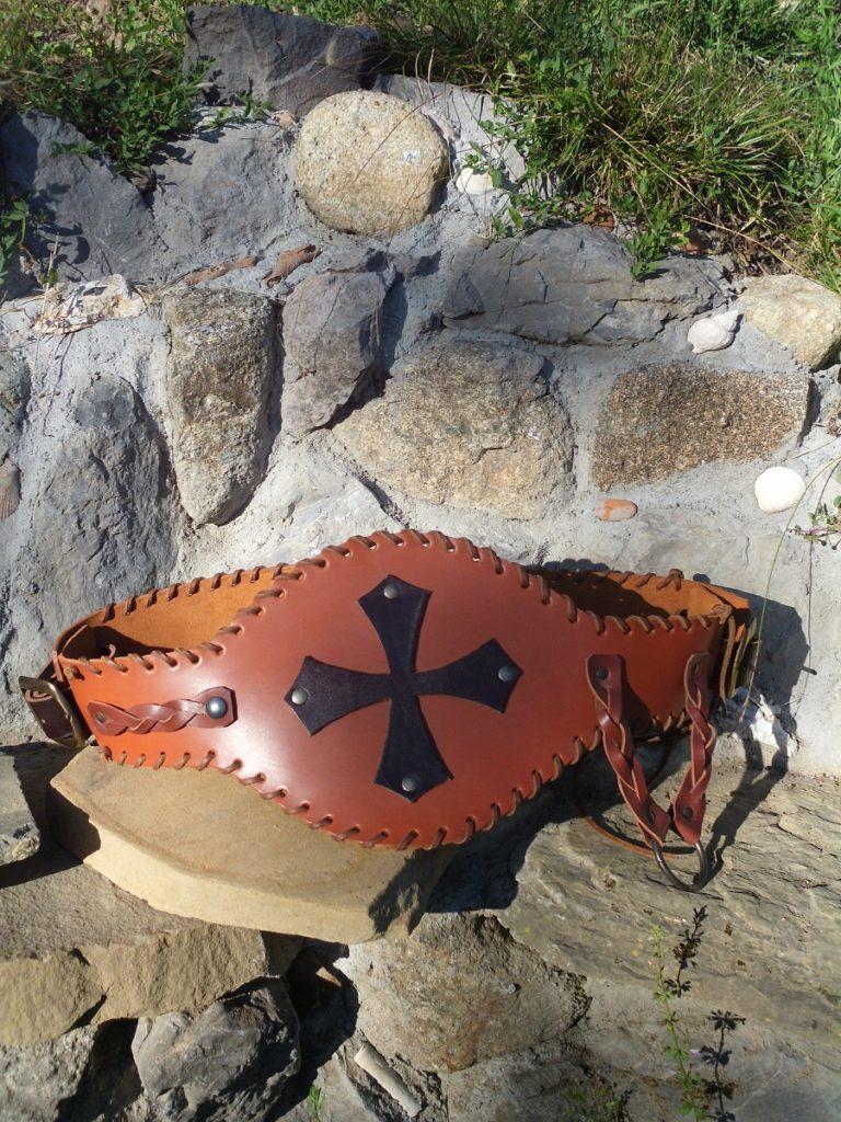 ceinture cuir type médiéval, croix occitane sur ventre, cuir épais