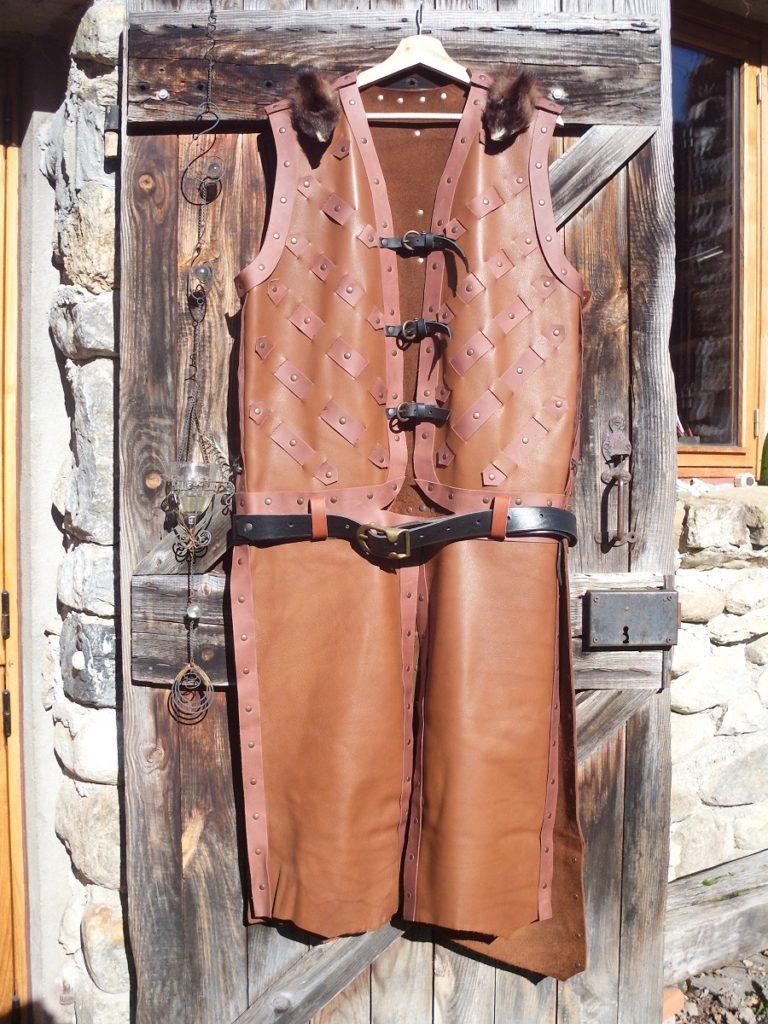 Manteau cuir sans manche ouvert en 4 ventaux à partir de la taille afin de monter aisément à cheval